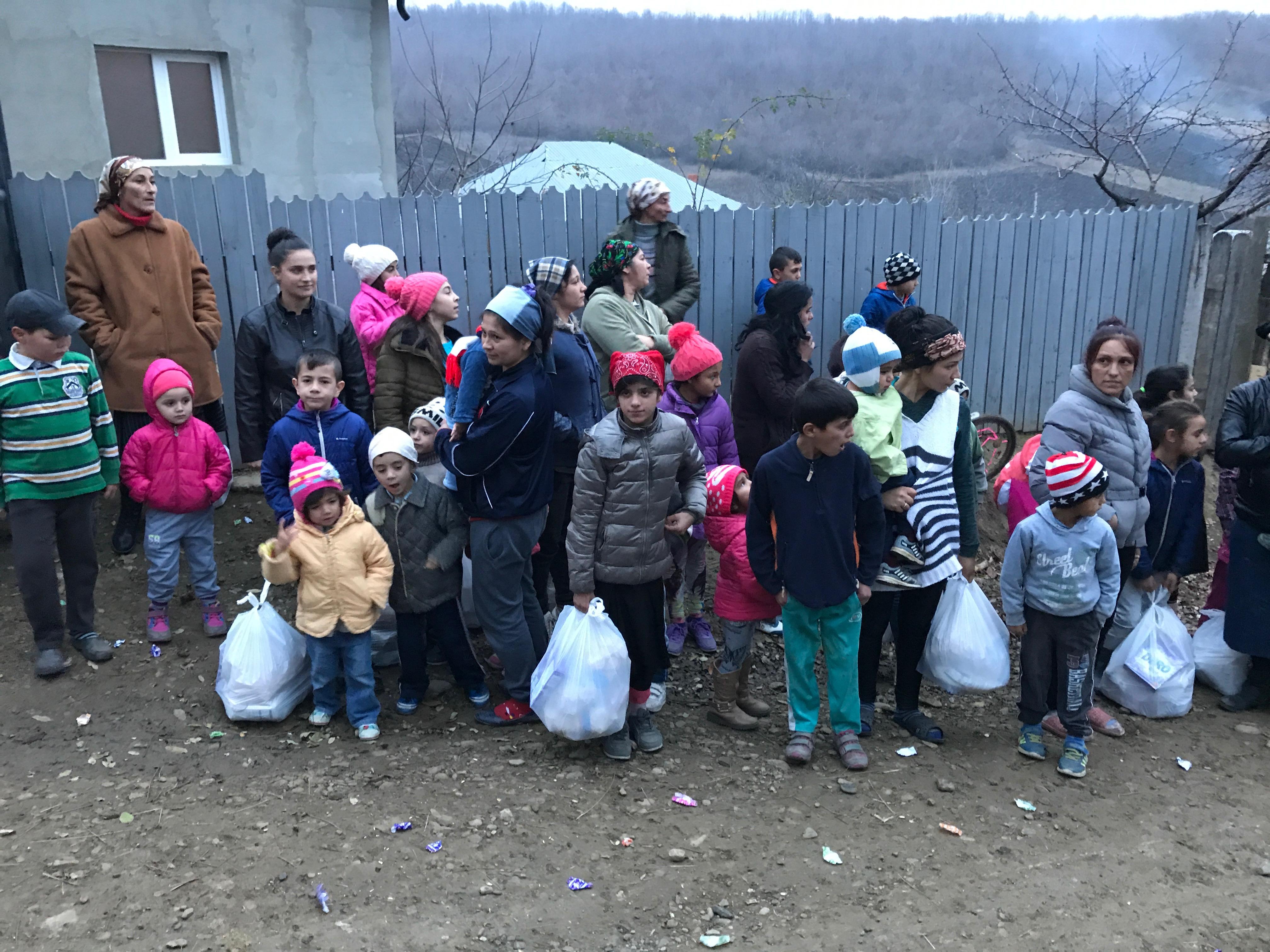 Ogni famiglia ha ricevuto il suo pacco alimentare che i bambini portano felici a casa.