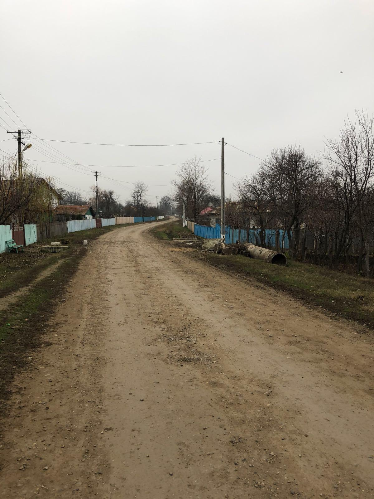 Strada che attraversa la campagna rumena-moldova