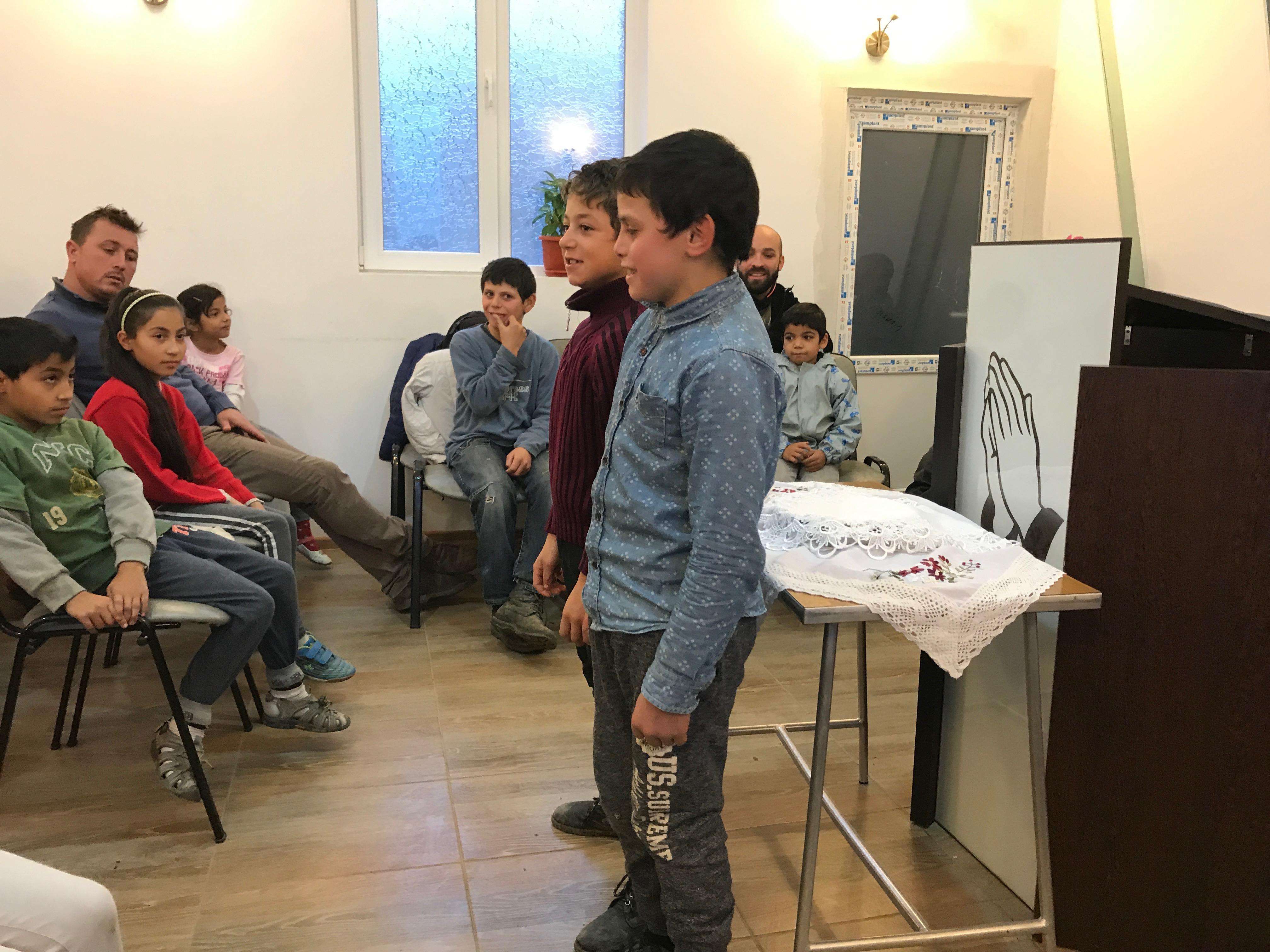 Due bambini di Padureni recitano versetti della Bibbia a memoria