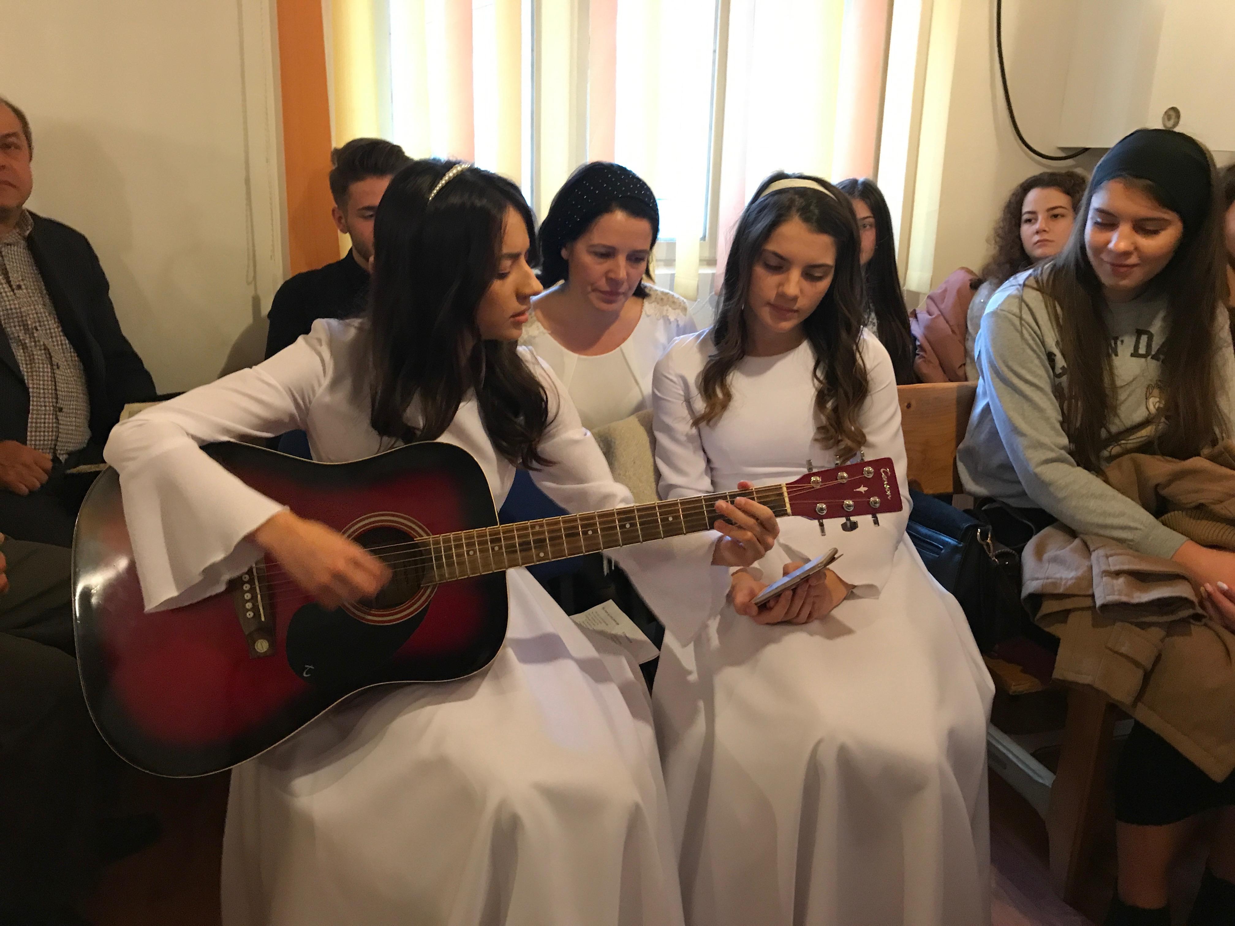 Lydia suona una canzone prima del battesimo