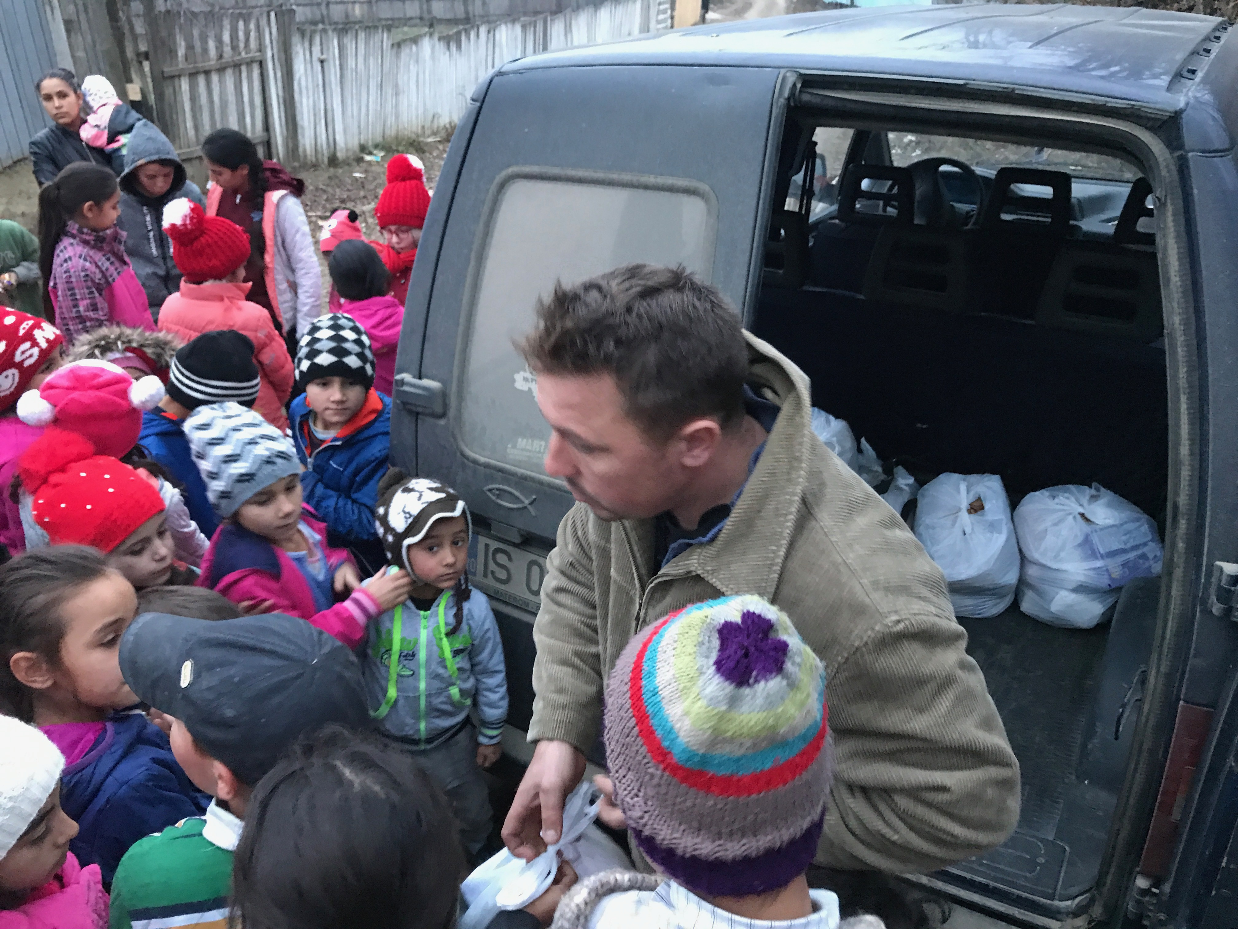 Nicu Stroi si occupa di distribuire i pacchi alimentari alle 23 famiglie