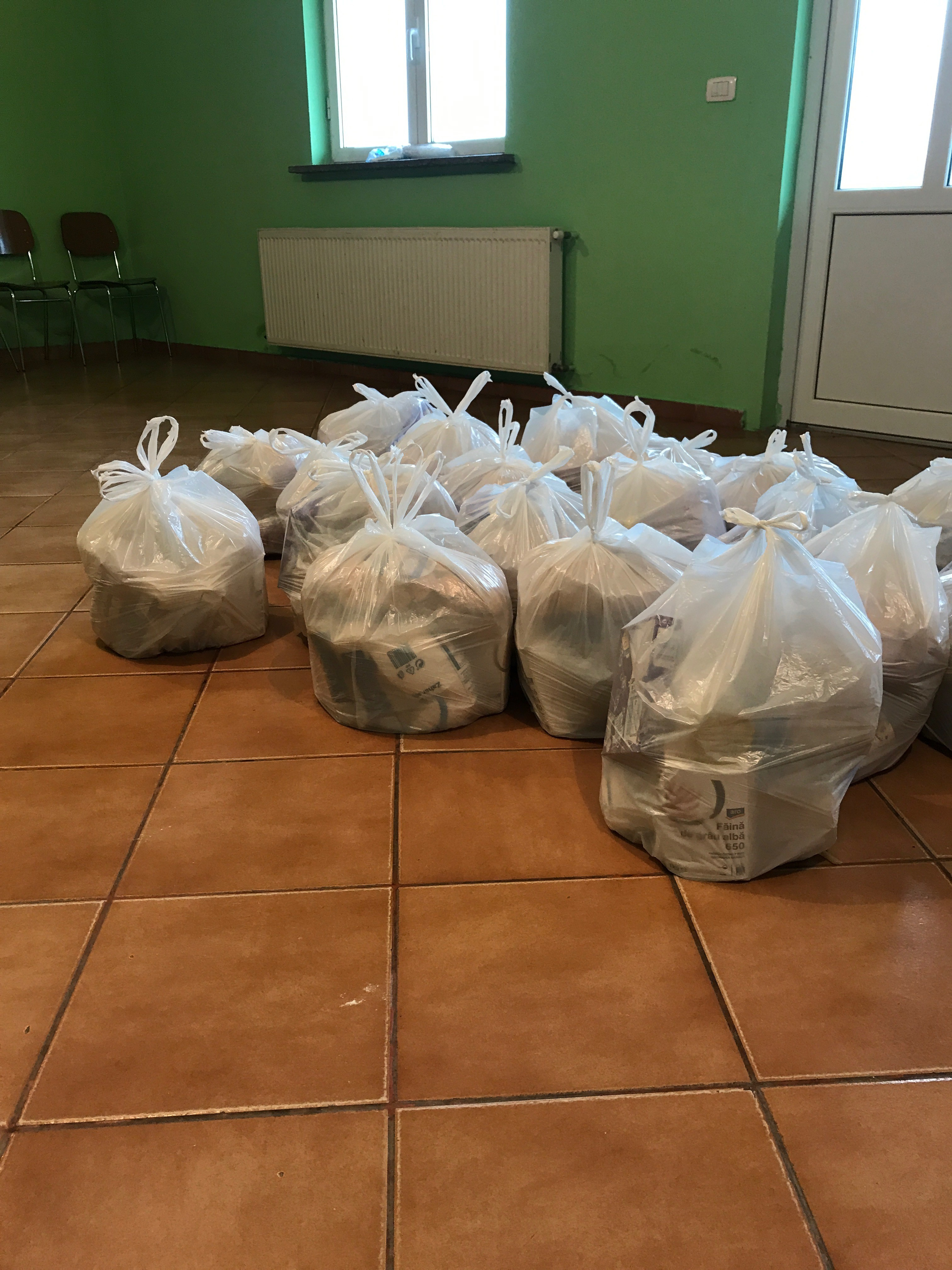 Pacchi alimentari pronti per il trasporto a Padureni e la distribuzione